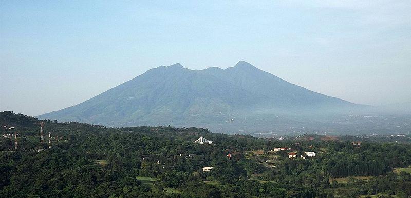 File:Gunung Salak dilihat dari Rainbow Hills, Bogor, Indonesia.jpg