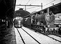 HUA-151481-Afbeelding van de stoomlocomotief nr 3793 serie 3700 3800 van de NS en een electrisch treinstel mat 1935 serie 201 208 langs het perron van het besnee.jpg