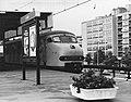 HUA-171405-Afbeelding van een electrisch treinstel plan V (mat. 1964) van de N.S. langs het eerste perron van het N.S.-station Leiden te Leiden.jpg