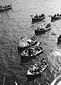 Handelswaar wordt ijn de haven van Funchal vanuit bootjes te koop aangeboden, Bestanddeelnr 252-1261.jpg
