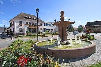 Herrlisheim - Image: Herrlisheim 10 Brunnen Mairie gje