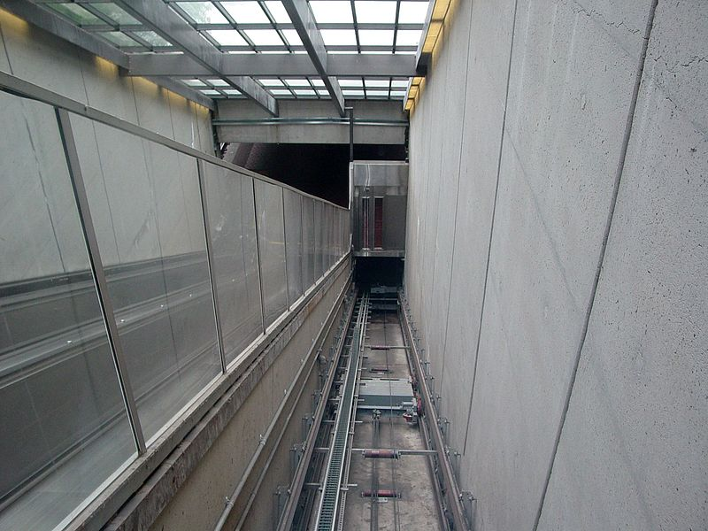 File:Huntington funicular elevator, looking down from inside elevator car.jpg
