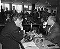 IBM schaaktoernooi, links J. H. Donner rechts L. Szabo, Bestanddeelnr 917-9955.jpg