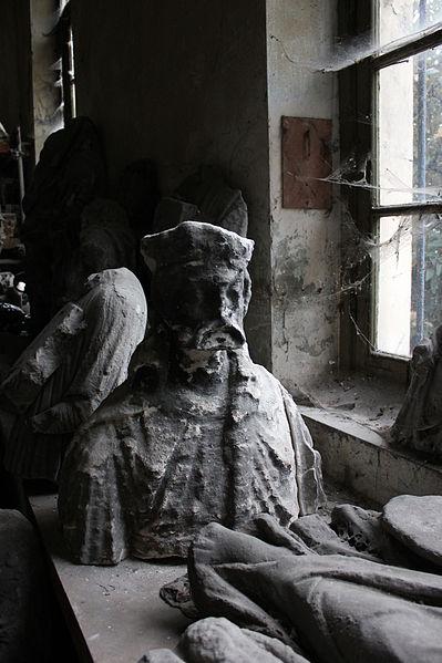 Pour un musée de la basilique et des tombeaux royaux - Page 2 399px-Int%C3%A9rieur_de_l%27rangerie_de_l%27abbatiale_Saint-Denis