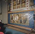 Interieur, koor, zuidoostzijde, tegeltableau onder glas-in-lood venster - Oud Gastel - 20341514 - RCE.jpg