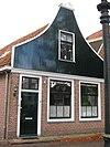 foto van Huis met houten topgevel. Oorspronkelijk kozijnen