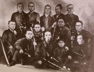 Shaguma - Jinshotai (From the left in the bottom row: Ban Gondayu, Itagaki Taisuke, Tani Otoi(young boy), Yamaji Motoharu. From the left in the middle row: Tani Shigeki(Sinbei), Tani Tateki(Moribe), Yamada Kiyokado(Heizaemon), Yoshimoto Sukekatsu(Heinosuke). From the left in the top row: Kataoka Masumitsu(Kenkichi), Manabe Masayoshi(Kaisaku), Nishiyama Sakae, Kitamura Shigeyori(Chobei), Beppu Hikokuro.)
