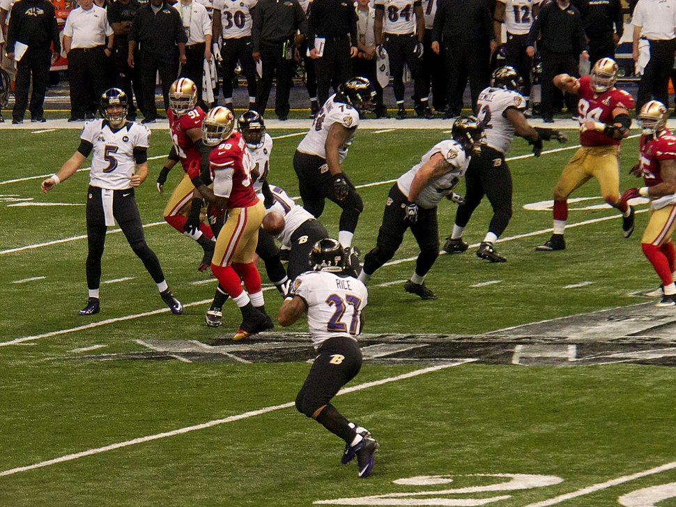 Joe Flacco passes to Ray Rice in Super Bowl XLVII