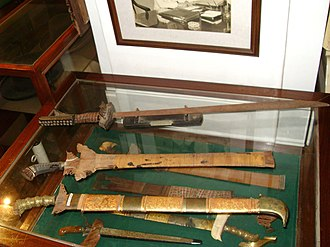 Kampilan - Swords on Display at the Quirino-Syquia museum in Vigan, Ilocos Sur. The topmost, unsheathed sword is a relatively small kampílan, while the other prominent swords are variations of the kris.