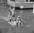 Kinderen brengen vakantie door in stad. Varen met vlotten, Bestanddeelnr 912-7944.jpg