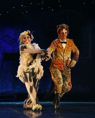 Cats (musical) - Jennyanydots (Left) and Skimbleshanks in the Polish production of Cats, December 2007.
