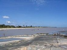 La lunga spiaggia di sabbia bianca di Kourou.