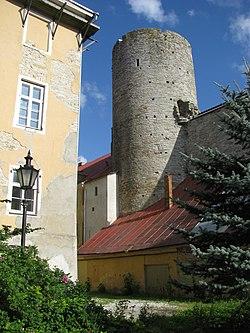 Landskrone torn Toompea lossi kirdenurgas jääb tänapäeval majade varju, 8. august 2011.jpg