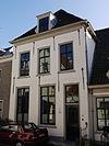 foto van Huis met schilddak en gevel onder rechte lijst met sierankers
