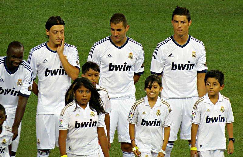 Ficheiro:Lass, Ozil, Benzema and Ronaldo line up.jpg