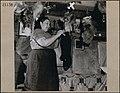 Madame Thomas Cheecho écorchant la carcasse d'une loutre chez elle.jpg