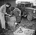 Mannen met een vat met kolen, Bestanddeelnr 252-9480.jpg