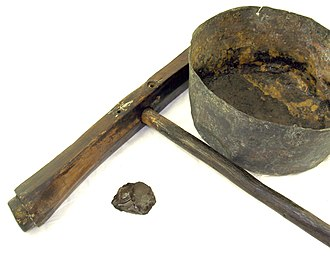Caulk - A caulking mallet, tar pot and a piece of petrified tar found on board the 16th century carrack Mary Rose
