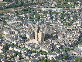 Aerial view of Mende, with the cathedral.