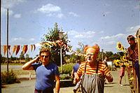 Mitarbeiter der DEFA und Clown Ferdinand.JPG