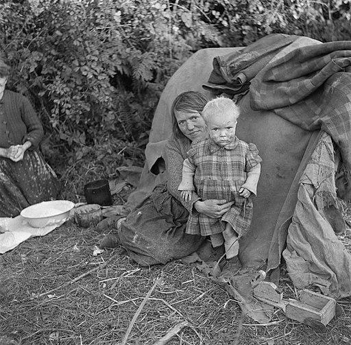 Moeder en kind voor een tent, Bestanddeelnr 191-0828