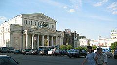 Budova moskevského velkého divadla, v pozadí se nachází obchodní