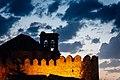 Muralla de Urueña e iglesia por la noche 1.jpg