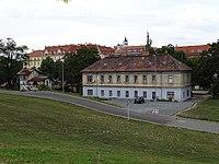 Nádraží Praha-Dejvice, stará budova a vodárna, od jihovýchodu.jpg