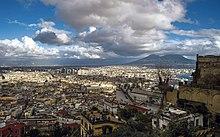 נאפולי במבט מגבעת וורומו מזרחה אל הר וזוב. ניתן להבחין במרכז העסקים ובקתדרלה של העיר