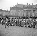 Optreden van een militaire kapel en koninklijke garde op het plein van Slot Amal, Bestanddeelnr 252-8690.jpg