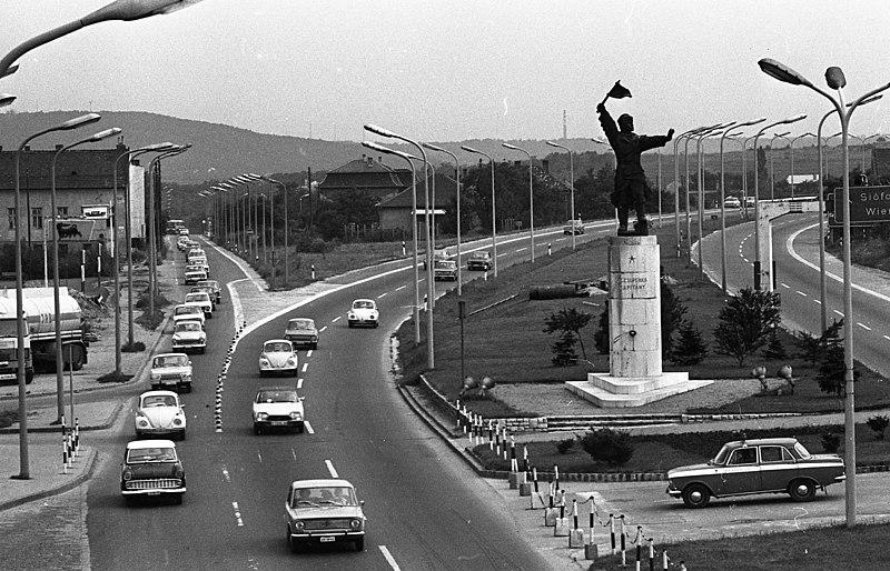 File:Osztapenko szobor a Balatoni út és az M1-M7 közös szakaszánál a Budaörsi út irányából nézve. Fortepan 89303.jpg