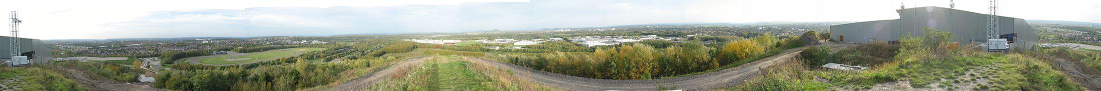 Panoramafoto vanaf de Wilhelminaberg. In het midden van de foto zijn op de achtergrond diverse steenbergen op Duits grondgebied te zien.