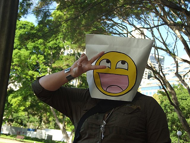 https://upload.wikimedia.org/wikipedia/commons/thumb/5/50/Paper_bag_mask_with_4chan_smiley_at_Anon_raid.jpg/640px-Paper_bag_mask_with_4chan_smiley_at_Anon_raid.jpg