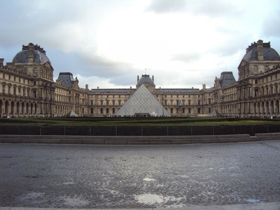 Paris 75001 Cour Napoléon Louvre pyramide - rainy day