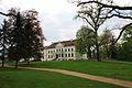 Park pałacowy z widokiem na front pałacu.JPG