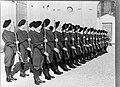 Peloton in exercitie-tenue presenteert geweer, Bestanddeelnr 190-0986.jpg