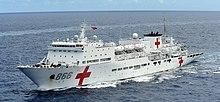 Halk Kurtuluş Ordusu (Donanma) gemisi PLA(N) Barış Gemisi (T-AH 866) Pasifik Kıyıları (RIMPAC) Tatbikatı 2014.jpg sırasında yakın düzende buharlaşıyor