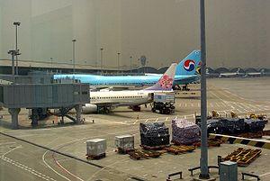 filedesc Pesawat di Bandara Internasional HK J...