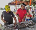 Pescadores limpiando el pescado en Juan Griego.jpg