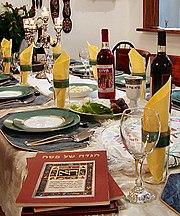 Mesa preparada para a realiza��o do Seder de Pessach.