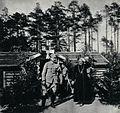 Piłsudski i ks. biskup Bandurski przed kasynem 5 pp LP w Lasku Polskim.jpg