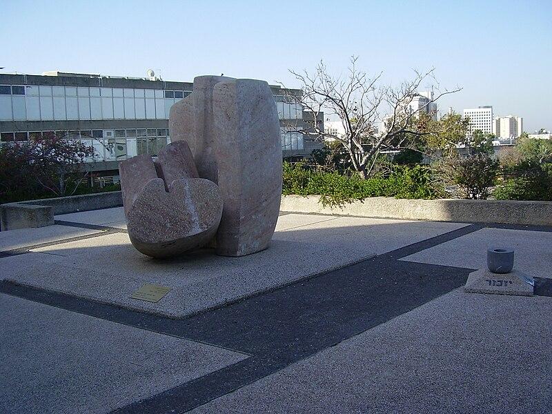 """פסל """"שואה וגבורה"""" באוניברסיטת תל אביב"""