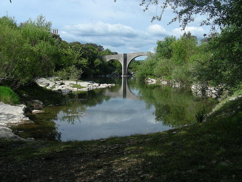 Pont du XIVe siècle (fortement restauré par la suite). Commune de Brissac, Hérault, France