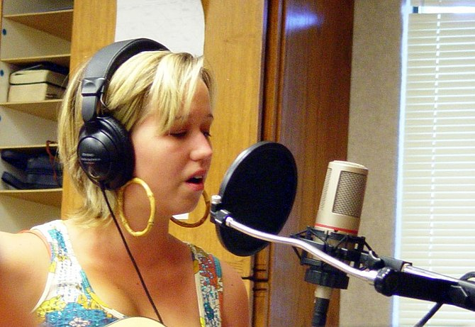 English: A singer in front of a pop filter and...