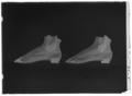 Resårsko till vänster fot av brunt ylletyg med tåkappa av brunviolett, bronserad chevrå - Livrustkammaren - 77653-negative.tif