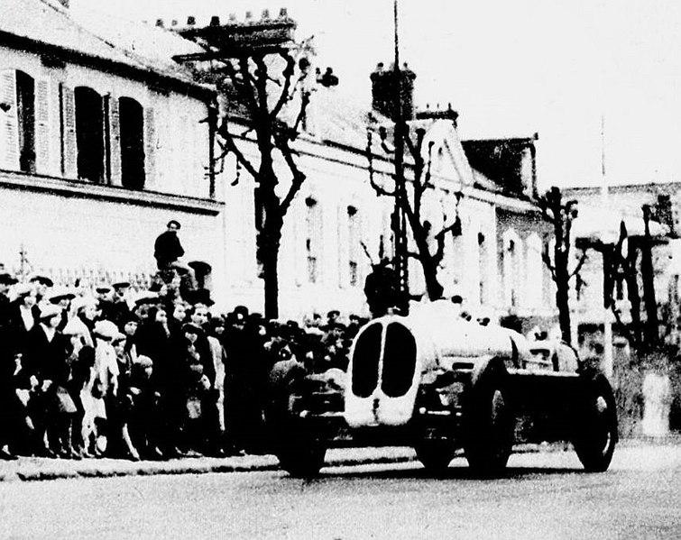 File:Robert Benoist, vainqueur à la côte de Château-Thierry en 1935 sur Bugatti T53 (4WD), pour la dernière course.jpg