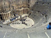 En acoustique 220px-Roman_theatre%2C_bosra%2C_syria%2C_easter_2004