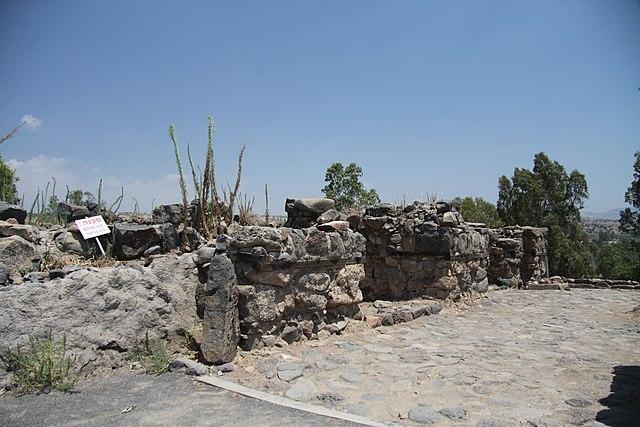 https://upload.wikimedia.org/wikipedia/commons/thumb/5/50/Ruins_of_Bethsaida_village_in_summer_2011_%286%29.JPG/640px-Ruins_of_Bethsaida_village_in_summer_2011_%286%29.JPG