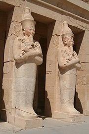 Estatuas osiriacas del templo de Hatshepsut en Deir el-Bahari.