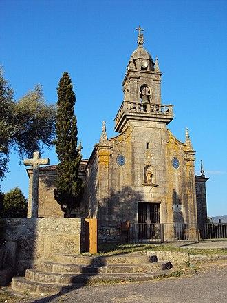 Gondomar, Pontevedra - Image: San Vicente de Mañufe, igrexa e cruz de pedra